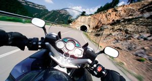 Tomar una curva en moto