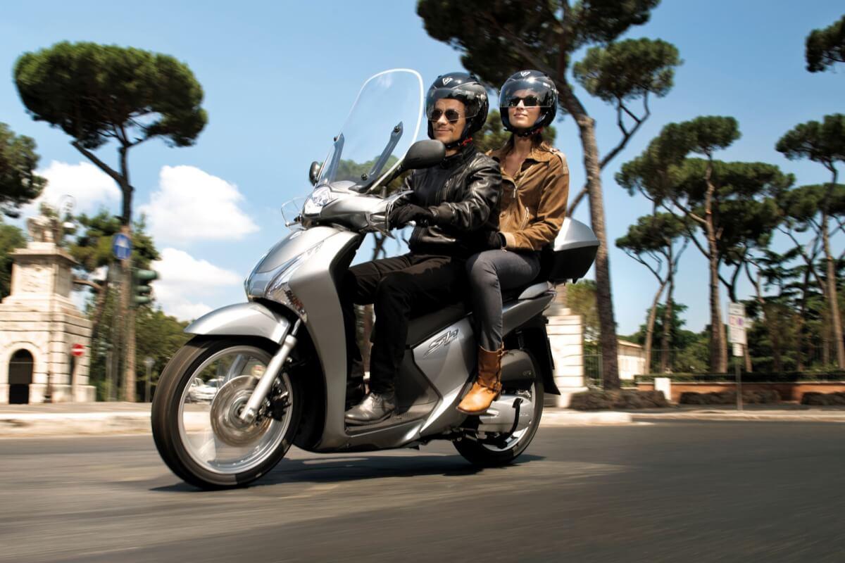 motociclista olvida a su esposa
