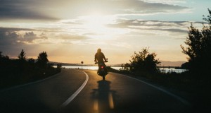 https://www.pasionbiker.com/wp-content/uploads/2020/02/person-riding-motorcycle-during-golden-hour-1416169.jpg
